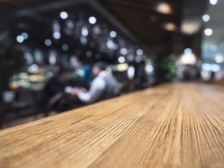 contadores: Tabla mostrador de bar restaurante de fondo con la gente