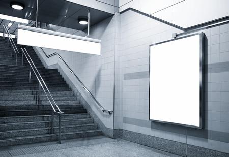 escalera: Cartelera y dirección señalización maqueta en subterráneo con escaleras Foto de archivo