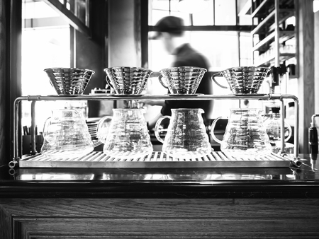 hombre tomando cafe: caf� de filtro con Barista borrosa fondo caf� restaurante