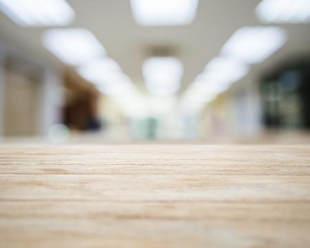 business: Tischplatte mit Verschwommene Bürogebäude Interior Hintergrund
