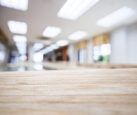 oficina: tablero de la mesa con el espacio de oficina borroso Interior Foto de archivo