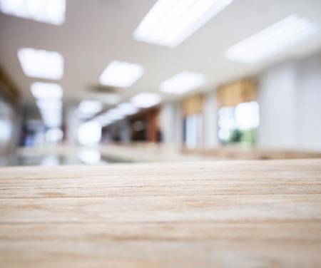 Tischplatte mit Verschwommene Bürogebäude Interior Standard-Bild - 48858600