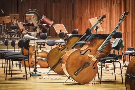 Cello muziek instrumenten op een podium Stockfoto