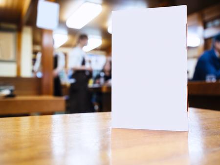 barra: Maqueta marco del men� en la mesa en bar caf� Fondo con las personas