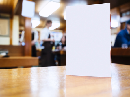 speisekarte: Mock-up-Men� Rahmen auf dem Tisch im Bar-Restaurant-Caf�-Hintergrund mit Menschen