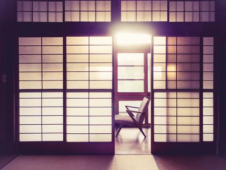 puertas antiguas: Habitación de estilo japonés interior con el tono de la vendimia retro silla Foto de archivo
