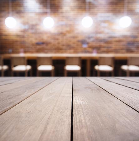 テーブル カウンター バー ライト装飾レンガの壁の背景ヒップスター ロフトのインテリア 写真素材