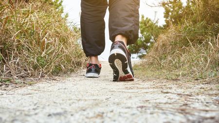 persona caminando: El hombre que camina en la pista de entrenamiento atletismo al aire libre de jogging