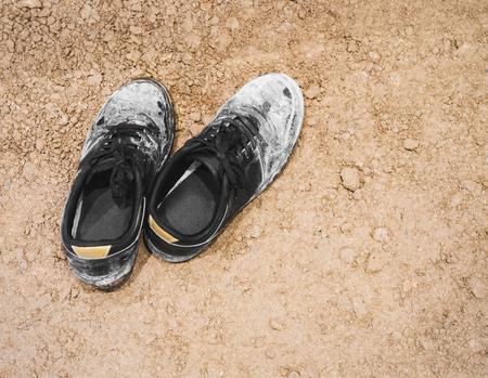 terreno: Scarpe sporche sulla superficie di terra