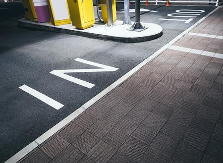 セメントの床に駐車場の入口ゲートの看板にサインします。