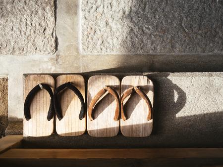 zapato: Japón tradicional calzado Zori en el piso de cemento Vista superior Foto de archivo