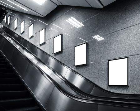 地下鉄駅のエスカレーターで広告表示ポスター メディア テンプレートのモックアップします。