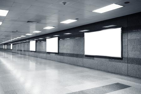 Blanco Mock up Billboard Banner Licht vak sjabloon in metrostation perspectief