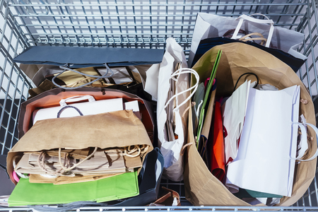 recycle bin: De reciclaje de papel en bolsas de basura de reciclaje Ecología concepto de estilo de vida Foto de archivo