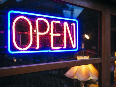 open windows: Muestra de neón abierta señalización decoración Light Bar Restaurante Tienda de negocios Foto de archivo