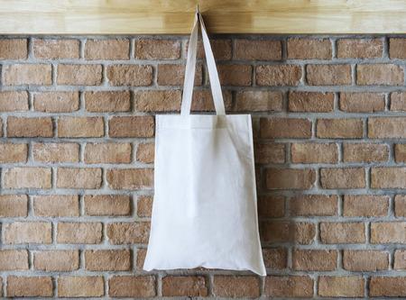 reciclar: Burlarse de la bolsa de asas de algodón en la pared de ladrillo de fondo