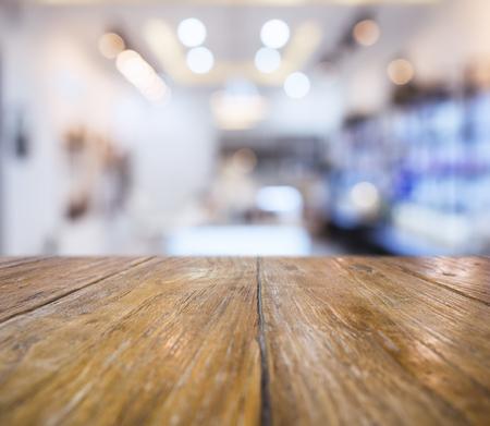 Encimera de mesa con pantalla interior de la falta de definición del estante fondo tienda de venta al por menor Foto de archivo - 56320354
