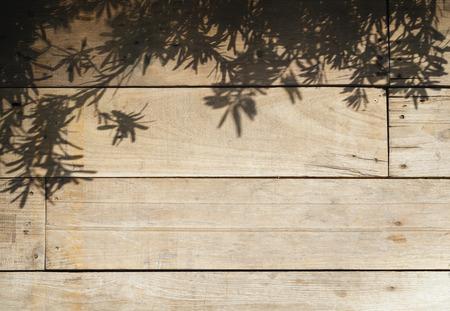 luz natural: Hojas de los árboles de sombra en los tablones de madera fondo de naturaleza abstracta