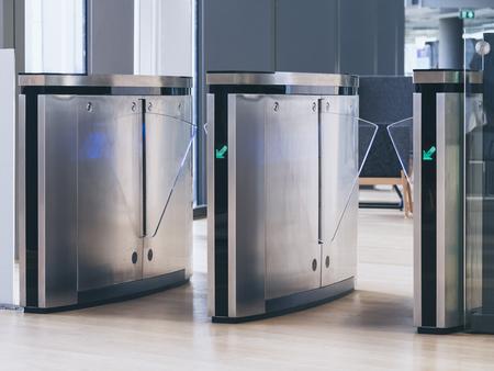 La entrada sistema de seguridad de la tecnología de puerta de acceso táctil edificio de oficinas
