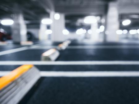 Brouillé parking sous-sol intérieur avec éclairage au néon