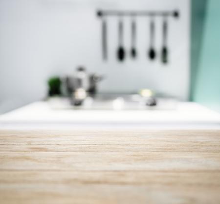 ぼやけキッチン カウンター ホーム インテリアの背景を持つテーブル トップ