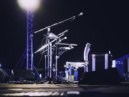 コンサート ステージ ライブ ミュージックの音楽祭イベント マイク