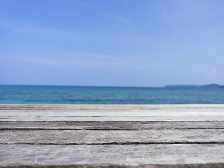 桌面木板与海滩海夏季假期背景
