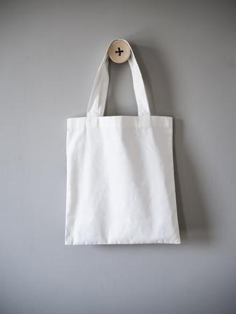 Blanco bolsa de mano sobre fondo gris Foto de archivo - 59490690