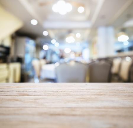 ぼやけてレストラン ショップ インテリアの背景を持つテーブル トップ カウンター