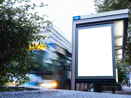 車移動でバス駅の待合い所で看板ライト ボックスのモックアップします。 写真素材