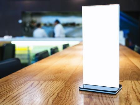 バー レストランの背景でバーテンダーをテーブルにメニュー フレームのモックアップします。 写真素材
