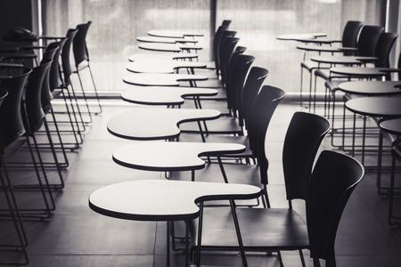 行の空の席で講義室