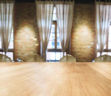 ぼやけたダイニング ルーム インテリアの背景とテーブル トップ