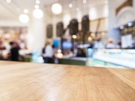 ぼやけている人々 およびレストラン ショップ インテリアの背景を持つテーブル トップ カウンター