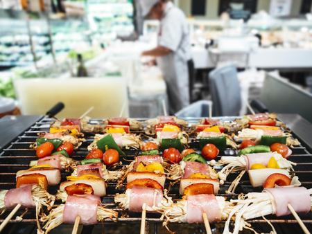 carnes y verduras: Parrilla Surtido de carnes y verduras con cocina y chef borrosa
