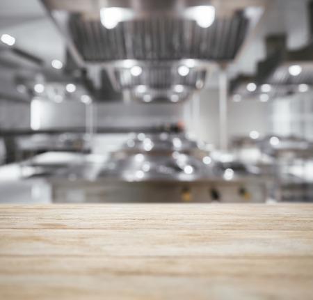 Tabla encimera de la cocina con el fondo borroso