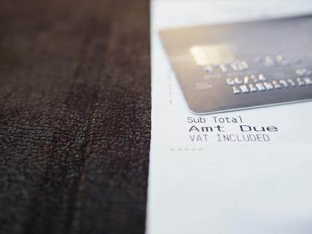 tarjeta de credito: Cesta de recibo con la tarjeta de cerca Cedit
