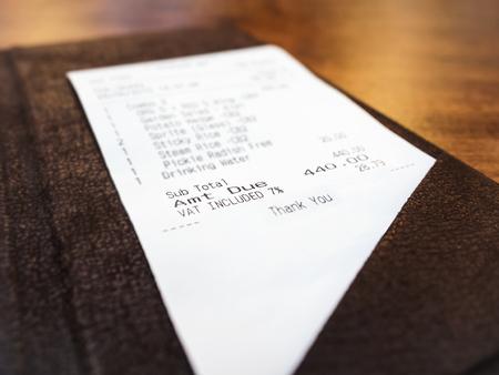 La recepción en la carpeta de negocio Bill concepto de pago