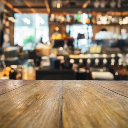 barra de bar: encimera de la tabla con fondo borroso bar Foto de archivo