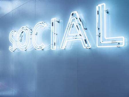 ソーシャル メディアの種類フォント ネオンサイン光の壁に青いトーン看板の視点で 写真素材