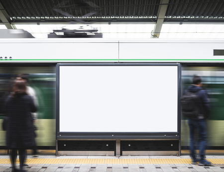 ぼやけた人旅行と地下鉄の駅で空の看板バナー ライト ボックス 写真素材