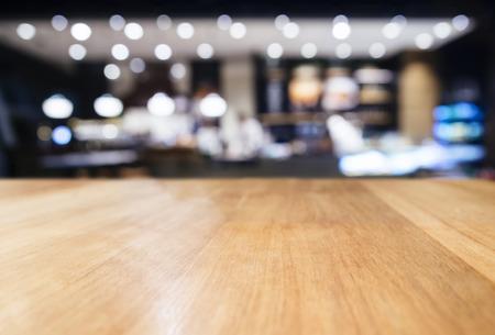 Tafelblad teller Met Wazig Bar Restaurant Verlichting decoratie achtergrond