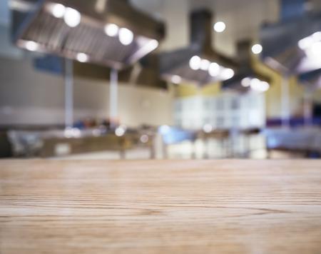 テーブル トップ カウンターはモックアップでキッチン背景をぼかした写真