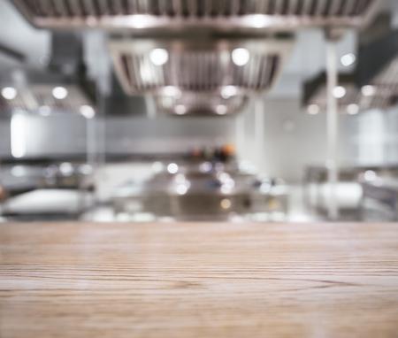 흐린 주방 배경으로 테이블 위에 카운터