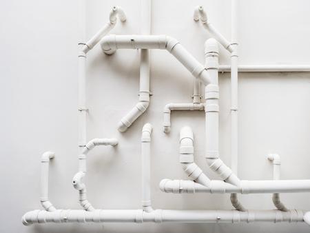 白い壁にパイプライン配管システム