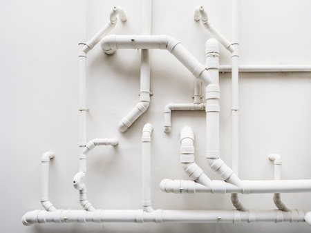Pipeline Plumbing system on white wall Standard-Bild