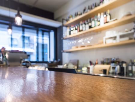 tablero de la mesa con estante barra de la cocina con una botella de café Foto de archivo