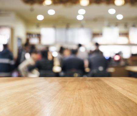 人とインテリアの背景にぼやけバーとテーブル トップ 写真素材