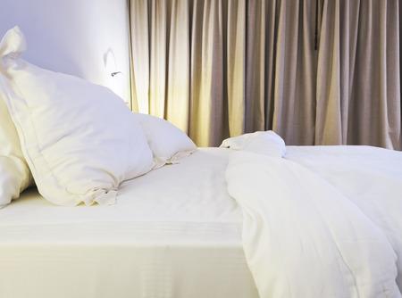 Laken dekbed en kussens messed up in de slaapkamer