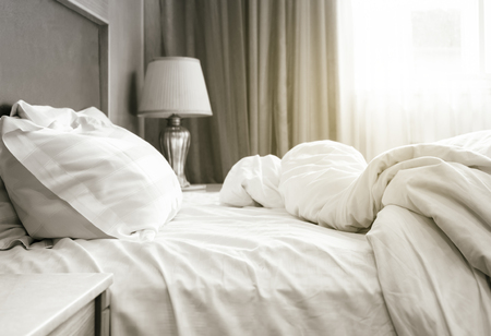 シートのベッドのマットレスと枕は寝室のインテリアを台無しにします。 写真素材